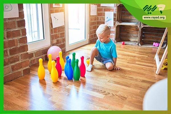 بازی کودکانه با توپ در خانه